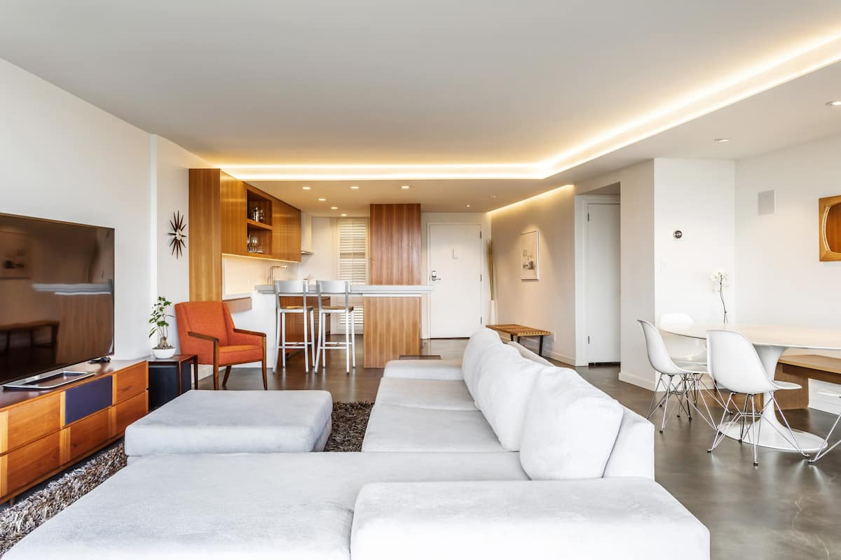 Spacious, Modern Apartment with Panoramic Views