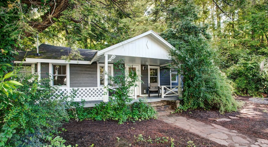 Black Mountain Cottage: Historic cottage w/ hot tub, firepit and close to town!