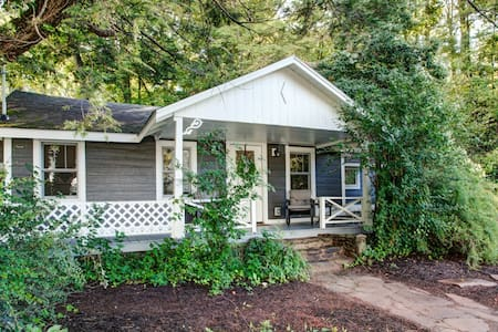 Black Mountain Cottage: eclectic & historic...hot tub, outskirts of downtown & fire pit!