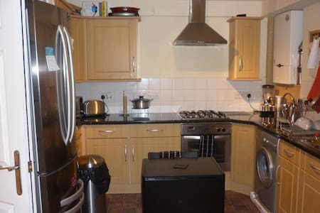 Spacious bright double bed room - South Croydon - Apartment
