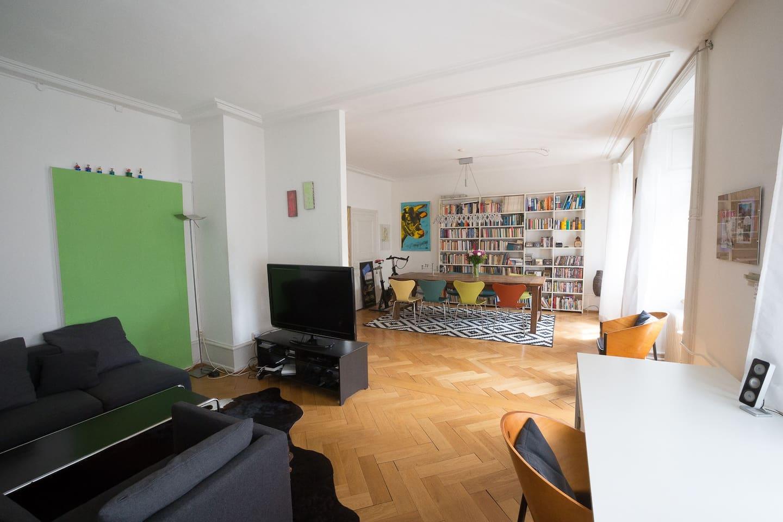 Grosses Wohnzimmer mit Esstisch und Loungeberreich