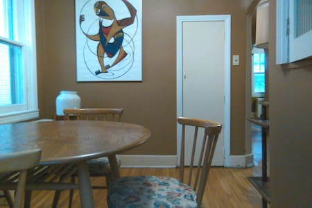 Cozy economical room for 2 downtown - Kingston - House