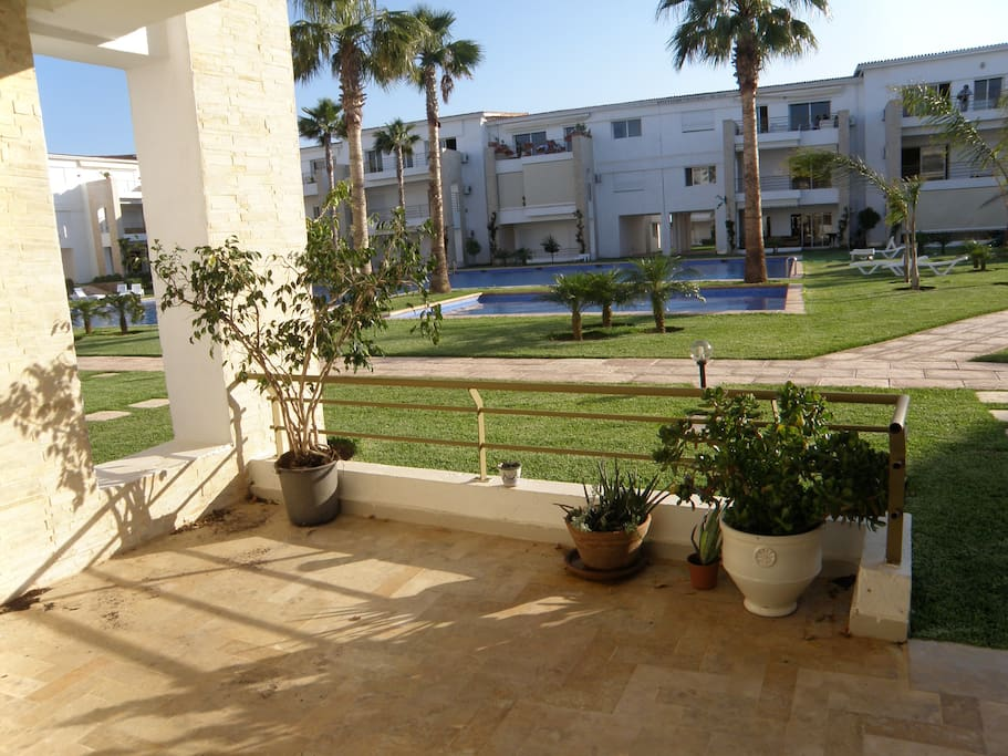 Terrasse agréable avec vue sur piscine