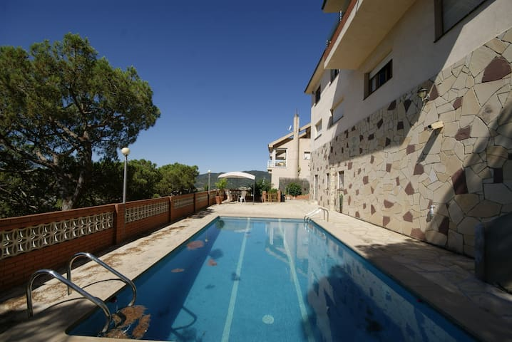 Apto Mestral. 6 people with swimming pool and amazing sea views!