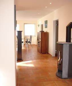 Helles, modernes Apartment - Käshofen - Appartement