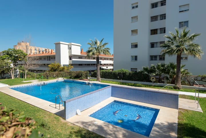 New apartment for 4 with pool, 10 mins from beach