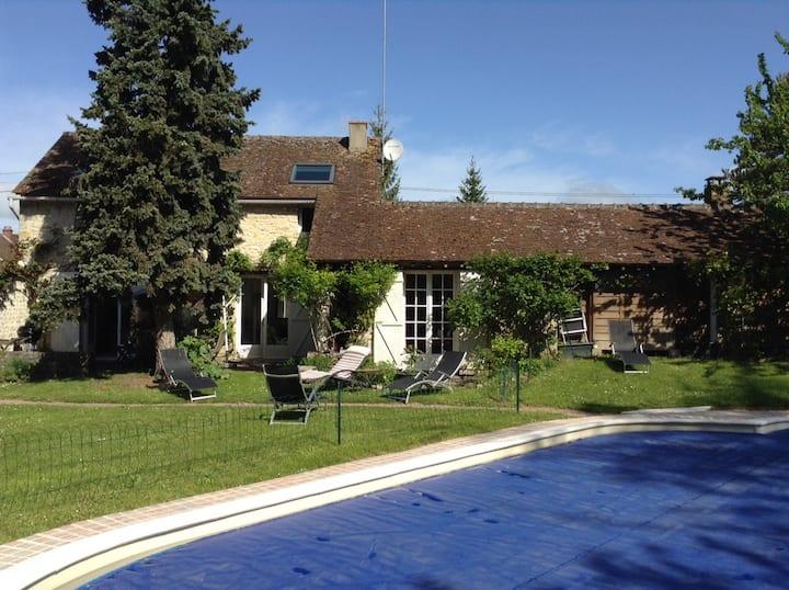 Maison proche fontainebleau piscine sauna rivière