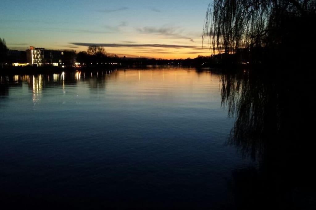 Abend Dämmerung über dem Rheinufer