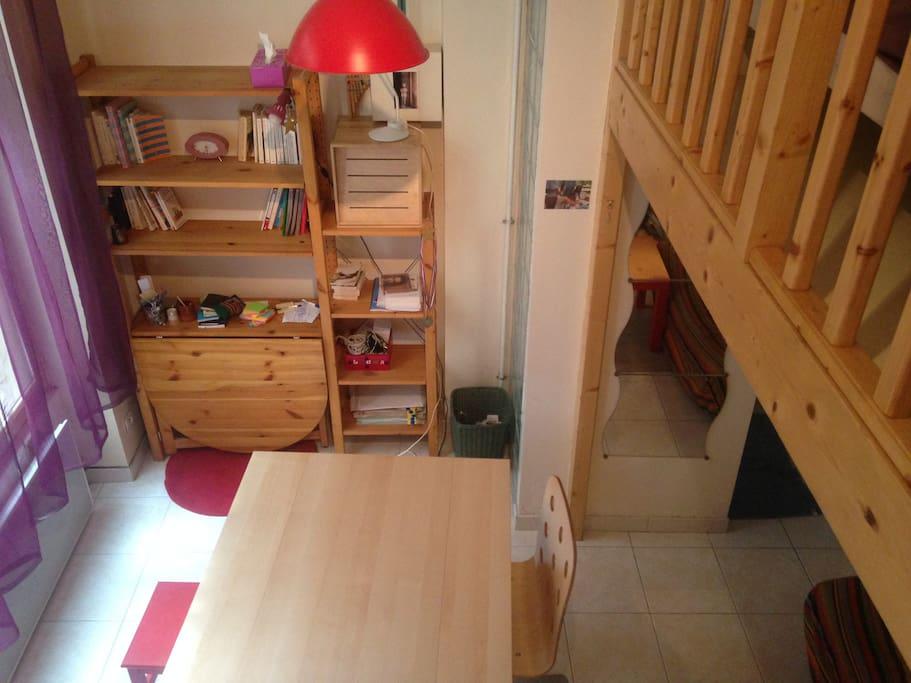Vue de l'escalier de la mezzanine : la table peut se déplier si besoin, pour y manger par exemple.