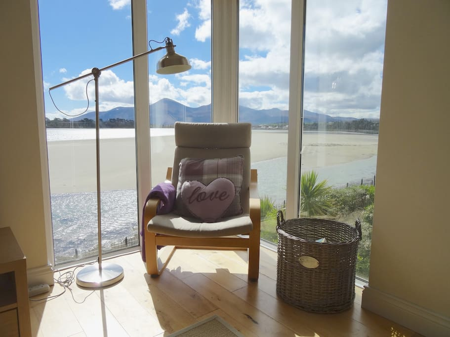 Floor to ceiling windows maximise those fabulous mountain and bay views