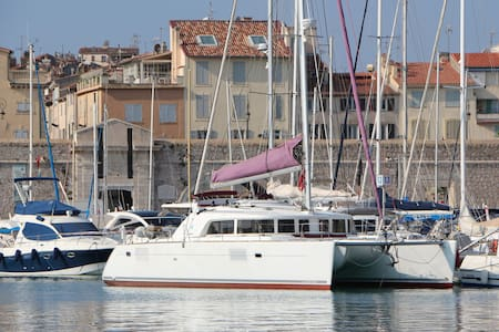Spacious bedroom with ensuite on a big catamaran - Antibes - Barca