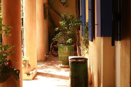 Chambre de charme & patio fleuri - Nîmes - House