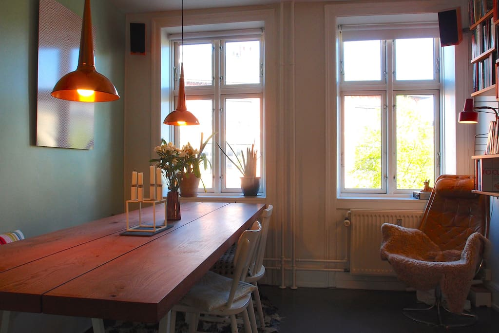 The dining room. The large oak-table easily hosts eight to ten people.