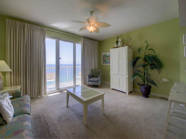 Spacious Condo, Gulf-front balcony, On-site hot tub and pool, On the beach