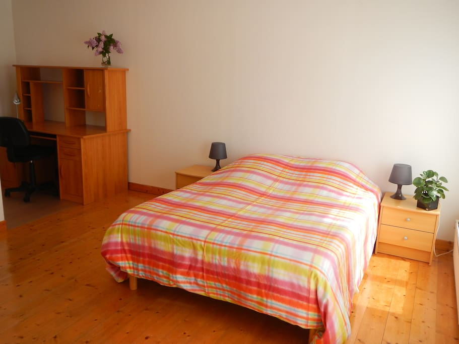 Chambre lumineuse avec lit double, rangements, place pour un lit parapluie.