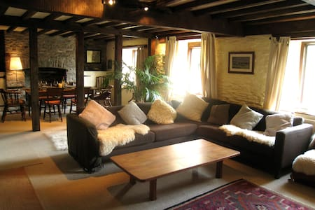 Secluded farmhouse + barn: sleeps 10  / Brecon - (Cwmgwyrdd)