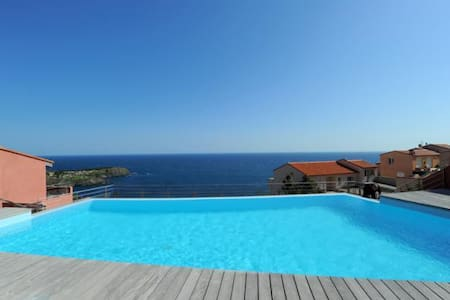 Appartement neuf avec splendide vue mer et piscine