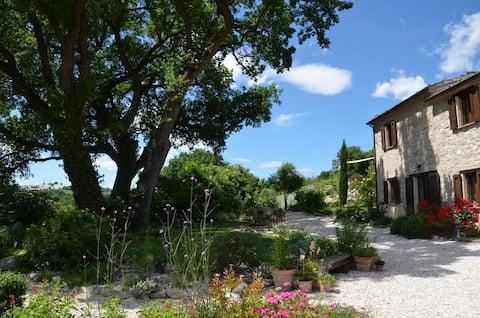 Italiensk hus på landet med basseng