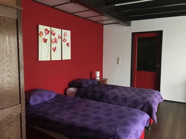 Slaapkamer boven. Deze slaapkamer heeft ook nog een balkon.