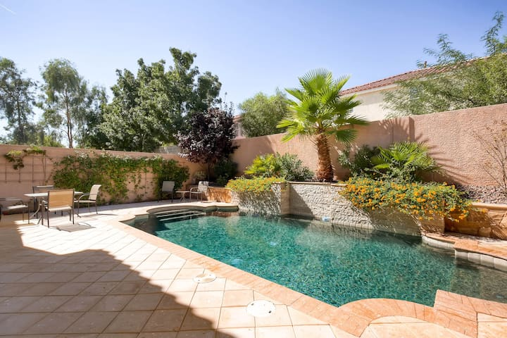 Impressive 4.5 Bedroom With Pool! -Close to Strip! - Las Vegas - Hus