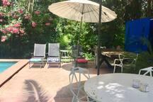 Terraza piscina, reposeras, mesa de comedor, mesa de juegos y ping-pong