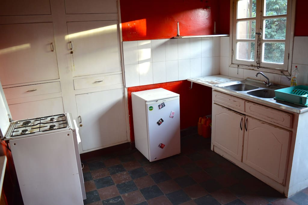 Spacious, fully equipped kitchen with gas cooker and fridge