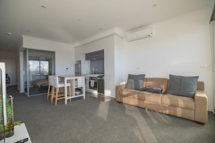 5★ Modern Sunlit Haven, 2min to train station