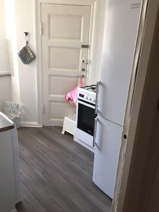 Køkken med vaskemaskine og og opvaskemaskine