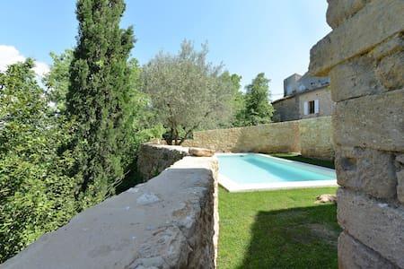 Village historique dans le Gard - Castillon-du-Gard