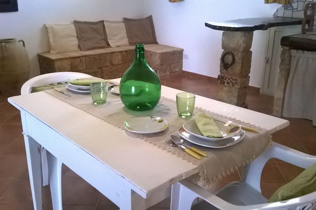 Cucina con salottino in pietra