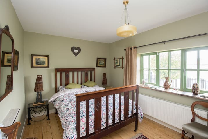 Woodside. Nice Charming, Quiet, Cozy room Crumlin. - Crumlin - House