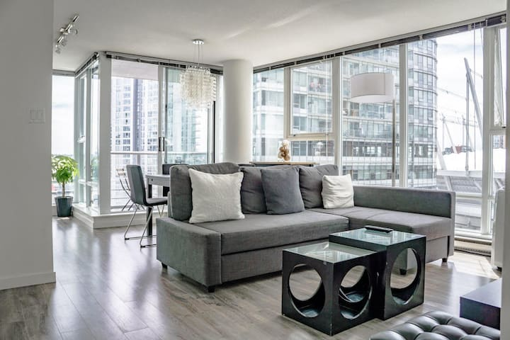 Our home located heart of downtown Vancouver, located in minutes from all the popular tourist areas (gastown, yaletown, all the tour pick-up location etc..), short walking distance to the seawall, amazing restaurants and very transit accessible.