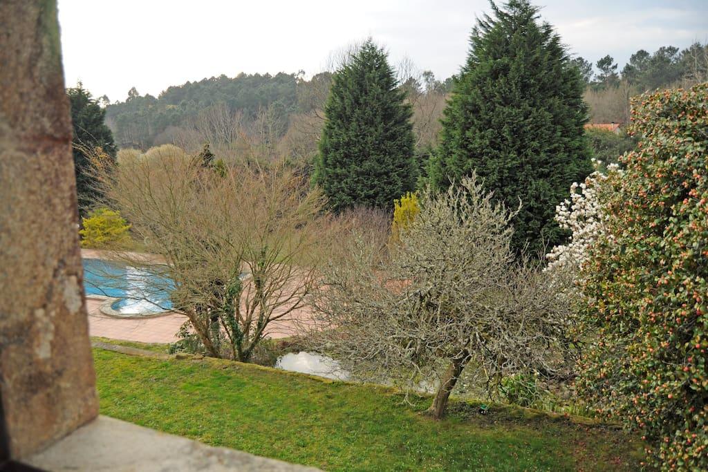 Casa de campo con piscina bed and breakfasts for rent in for Casas con piscina en galicia