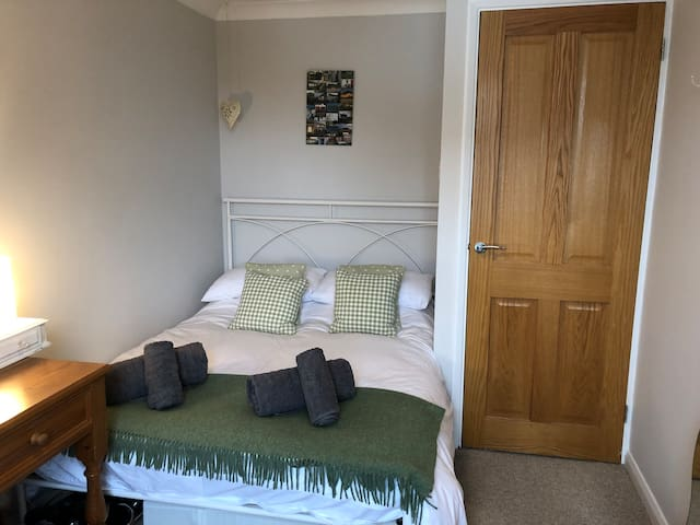 Cosy double bedroom close to beach