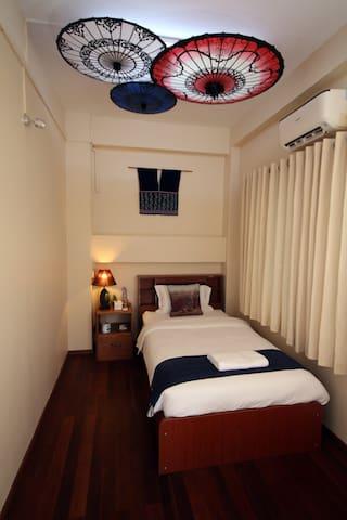 Private Single walking distance to Shwedagon - Rangun - Gästehaus