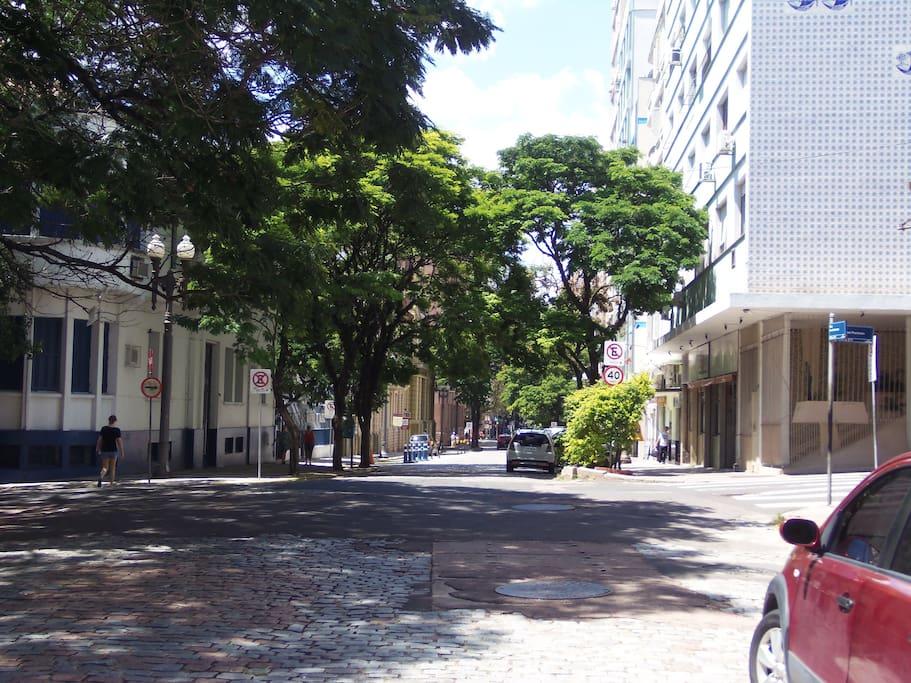 Vista da Rua em frente ao edifício