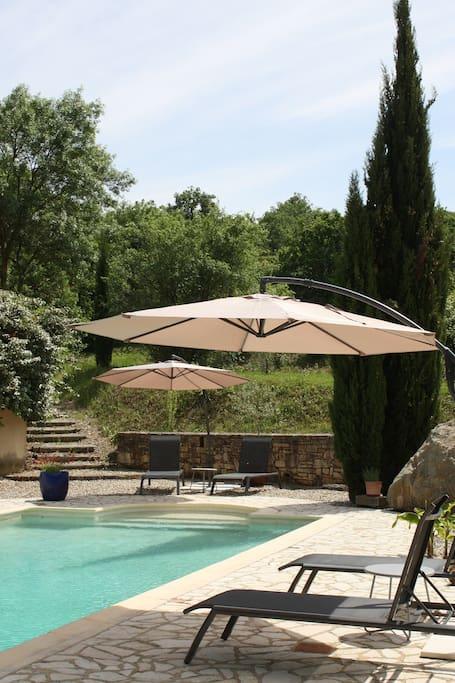 Ligstoelen en parasols aan zwembad
