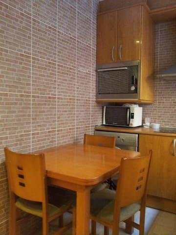 SPORADIC ROOM IN BARCELONA, FREE PARKING IN ZONA - Barcelona - Apartment