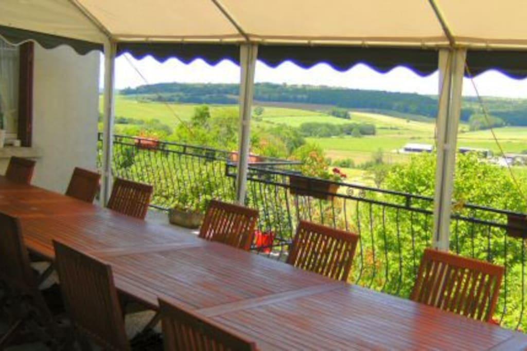Terras met uitzicht op dal waar het avondeten gebruikt kan worden