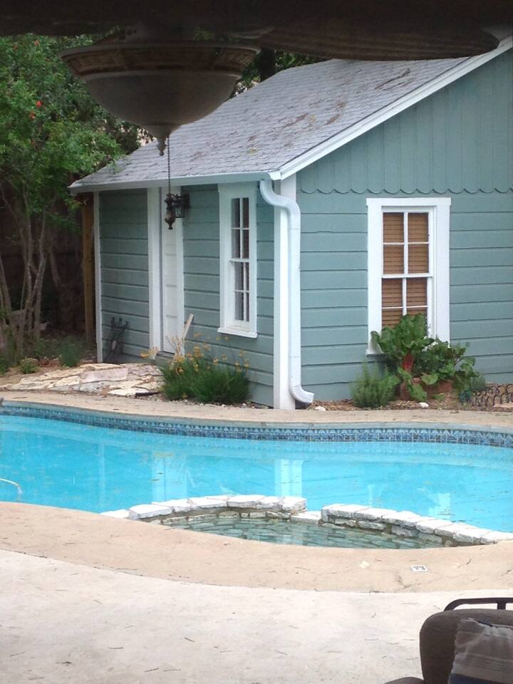 Garden cottage with private entrance and pool access. Sleeps two people.