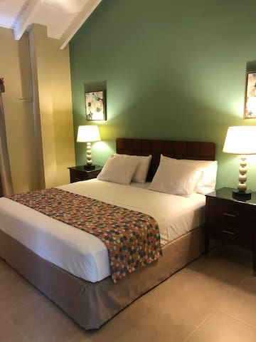Carl's Unique Inn - Studio Queen Room w Breakfast