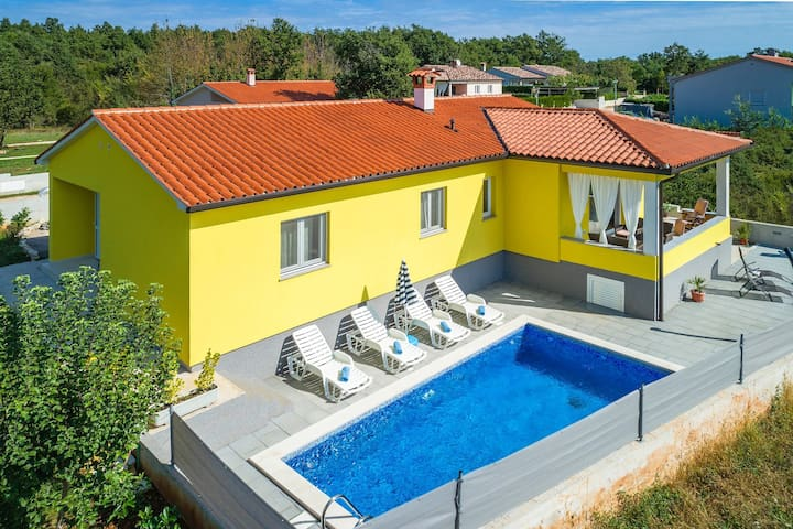 Comfortable one-storey Villa D&G with pool