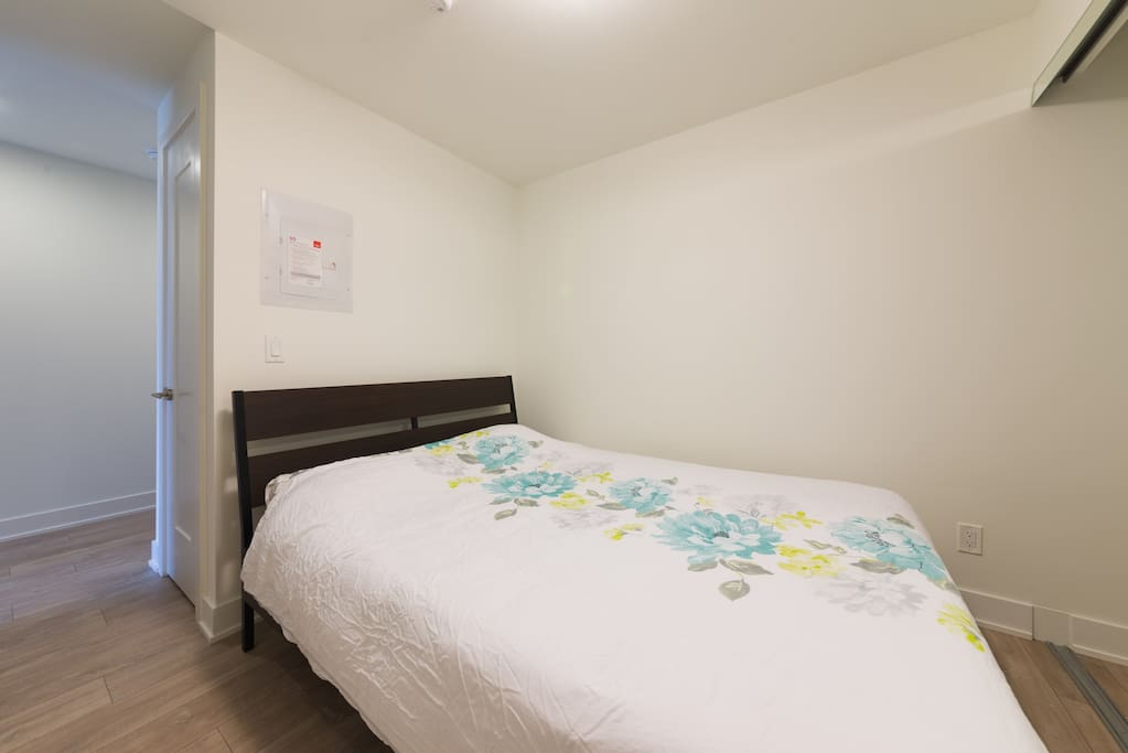 queen bed, clean room