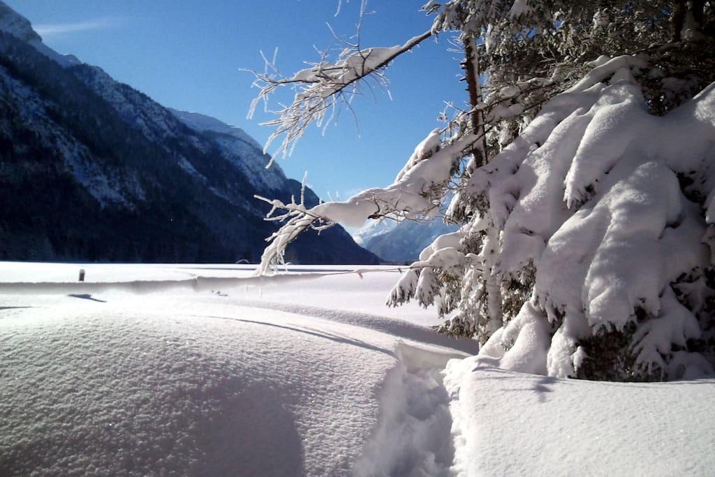 Winteransicht vom Haus ins Tal