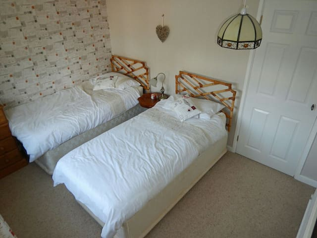 Twin bedroom WIFI Close to Longleat and AOSB.