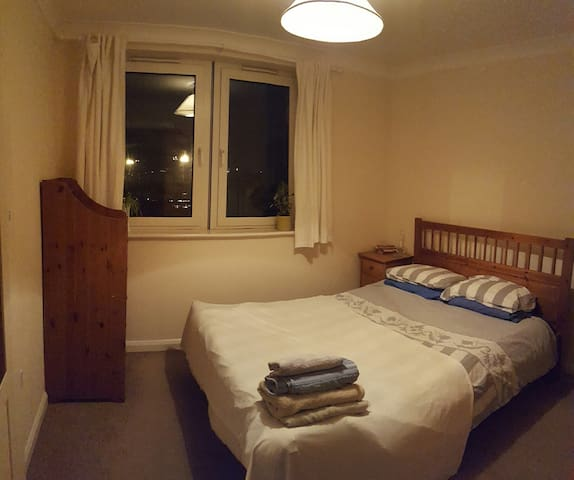 Cosy Mid Sized Room with Private Bathroom; Central - Basingstoke - Apartment