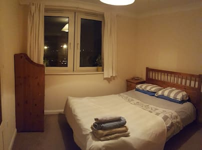 Cosy Mid Sized Room with Private Bathroom; Central - Basingstoke - Appartement