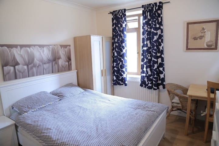 Bright Double Room Near Train Station, London