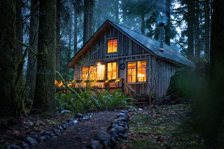 Get Away to Cozy Cedarwood Cabin