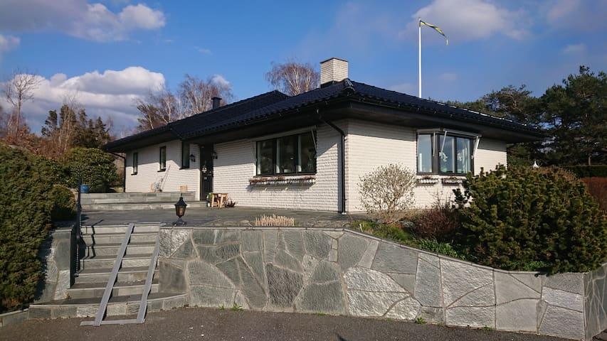 Ljust, modernt hus i söderläge med vacker utsikt